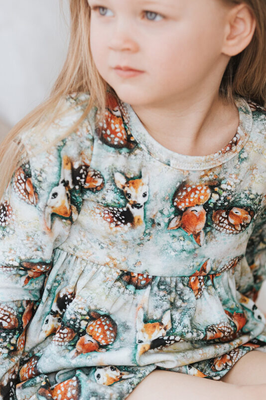 lasten mekko bambit lehtisateessa