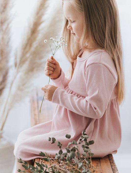 vaaleanpunainen lasten ribbimekko