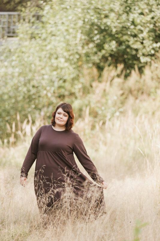 Naisten mekko ruskea röyhelöhelmalla