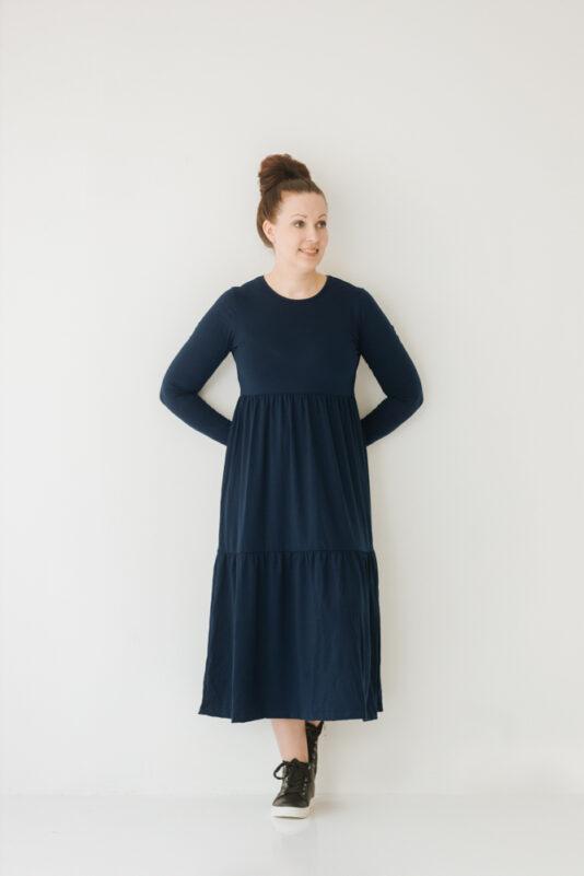 Naisten mekko tummansininen röyhelöhelmalla